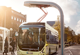 7900 Electric Exterior 2015 0470 Charging at bus stop.jpg2 01